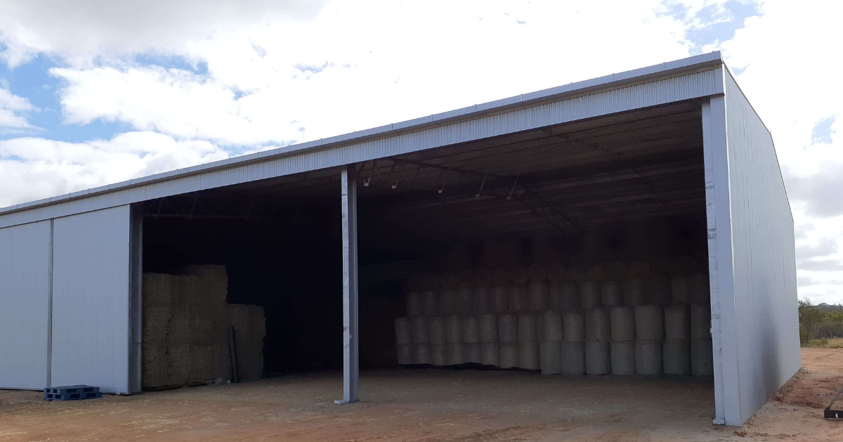 Hay shed with extra-wide bays