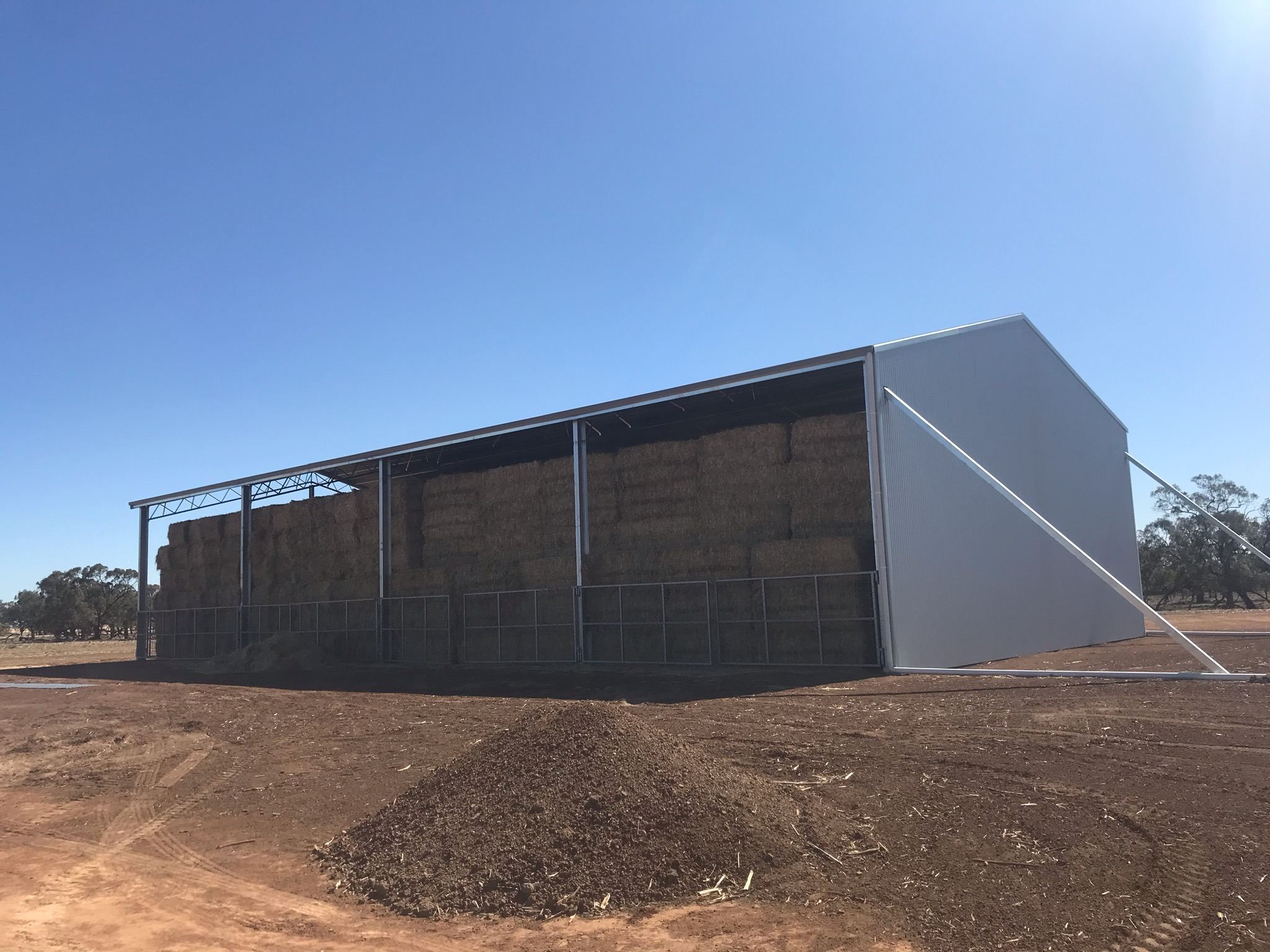 Hay shed with four bays in Coleambally